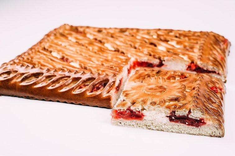 Пирог с творогом и брусничным джемом