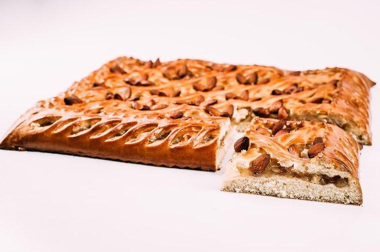 Пирог с яблоком, корицей и миндалем
